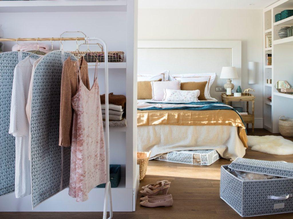 Tirare fuori tutti i vestiti che abbiamo e sceglierli prima di fare il cambio di guardaroba.