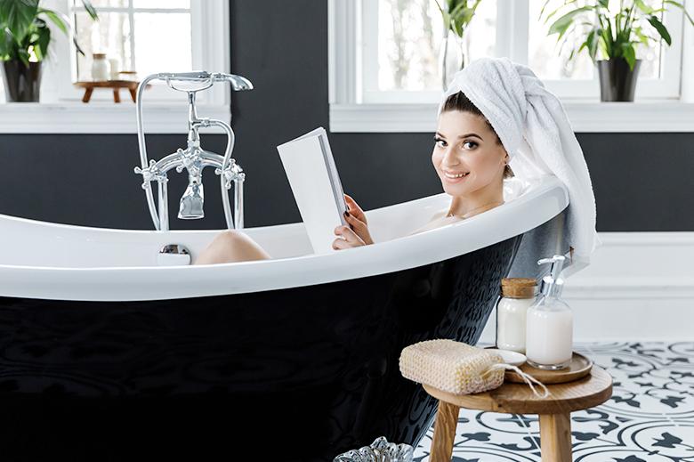 donna lettura bagno